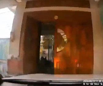 【事故】女性ドライバーがアクセルとブレーキを間違え、門を突き破り家に突っ込む衝撃映像