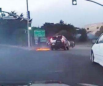 【衝撃】パトカーを盗んだ男が暴走。前の車に突っ込み横転し…
