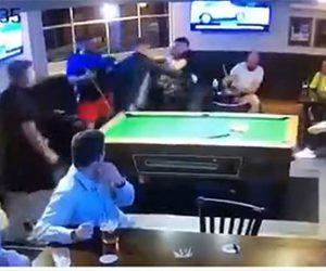 【喧嘩】プールバーで喧嘩。男が強烈なパンチで男性を殴り倒す衝撃映像