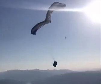 【衝撃】2人乗りパラグライダーが斜面から飛び立つが片方のコードが切れ…