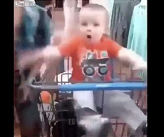 【面白】買い物カートで寝ている幼児が女性の声にビックリして起きる衝撃映像