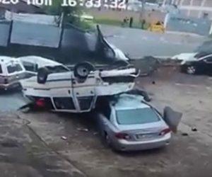 【事故】猛スピードのバンが駐車場に突っ込み横転。横転したバンから大勢の人が出てくる衝撃映像