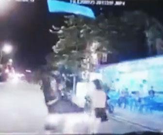 【衝撃】走る車の前に少女が飛び出し車は急停止。娘を助けなかった母親に父親がキックをする衝撃映像