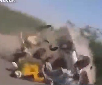 【事故】大勢が乗った猛スピードのバンが横転してしまう衝撃事故映像