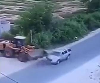 【事故】T字路で方向転換をするホイールローダーに車が突っ込んでしまう事故映像
