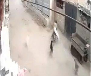 【衝撃】野犬に追いかけられるバイクが壁に突っ込んでしまう