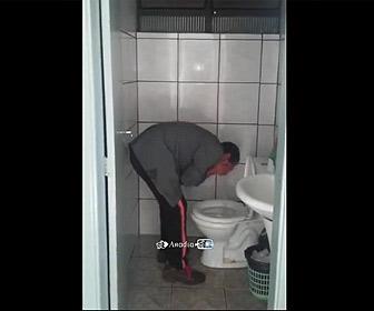 【衝撃】便器の水で顔を洗う男性がヤバい