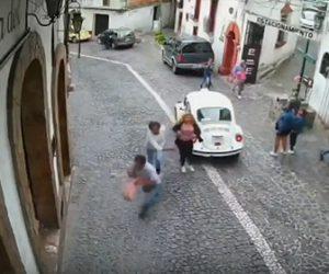 【衝撃】男が女性のバッグをひったくるが、女性と一緒にいた男性がひったくり犯を追いかけ…