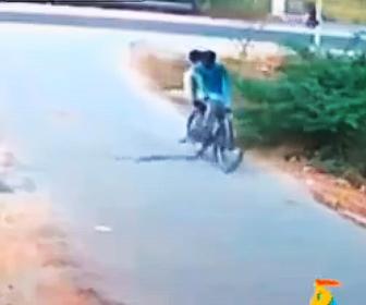 【衝撃】道を渡るコブラが2人乗り自転車が突っ込んでしまう衝撃映像
