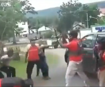 【衝撃】暴動を押さえようと警察官が銃を撃ち、車で走り去ろうとするが…
