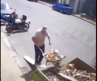 【衝撃】トラック荷台に手押し車で木くずを乗せようとするが失敗し…