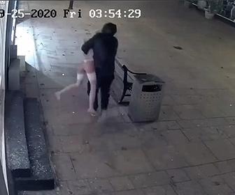 【衝撃】深夜に男が店に侵入しセクシーなマネキンを盗み出す衝撃映像