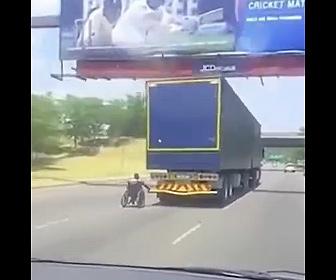 【衝撃】高速道路でトラックにつかまり猛スピードで走る車椅子がヤバすぎる