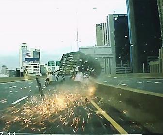 【事故】大量の荷物を運ぶトラックが高速道路でパンクし横転してしまう衝撃事故映像