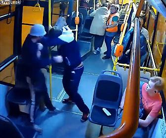 【喧嘩】バス車内でチケットがない男と乗客の男性が激しい殴り合いになる衝撃映像