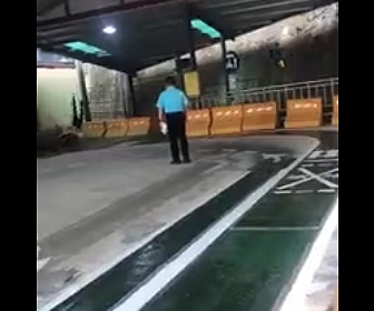【衝撃】男性がバイクの運転試験でコーナーをうまく曲がれず壁に突っ込んでしまう