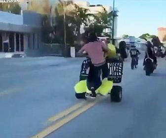 【事故】男が調子に乗り四輪バギーでウイリーし女性が運転するバイクに近づくが…