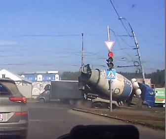 【事故】交差点でミキサー車が車と接触し電柱に突っ込んむ衝撃事故映像