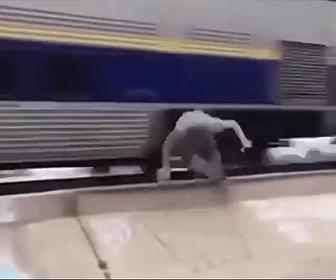 【衝撃】スケートボーダーが電車に向かって滑りトリックを決める衝撃映像