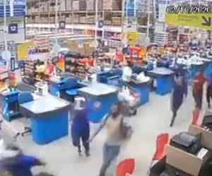 【衝撃】ショッピングマーケットで商品棚が一斉に倒れ、店員や客が必死に逃げる衝撃映像