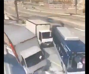 【衝撃】2台のトラックが橋で進路を塞いで停車し、後続車が次々と橋から落下してしまう