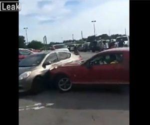 【衝撃】駐車場で喧嘩。マスタングが相手の車に突っ込んで行く衝撃映像