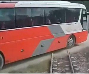 【衝撃】踏切を渡るスクールバスに電車が突っ込んでしまう衝撃事故映像
