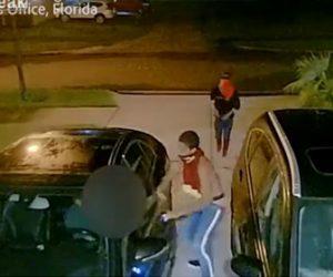 【強盗】ベンツに乗った男性が銃を持った2人組の強盗に襲われ車を奪われてしまう衝撃映像