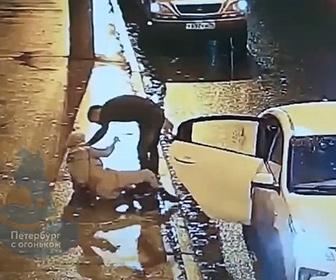 【暴行】タクシー運転手が後部座席に乗っていた女性に激しい暴行をする衝撃映像