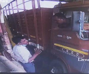 【衝撃】料金所の係員と口論になったトラックドライバーが衝撃の行動に出る