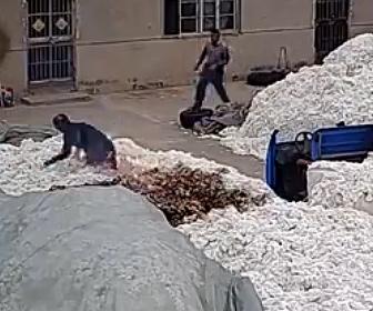 【衝撃】綿倉庫で作業員がライターを使ってしまい瞬く間に炎が燃え広がってしまう衝撃映像