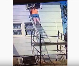【衝撃】ハシゴに登って作業する女性がハシゴが倒れ落下してしまう衝撃映像