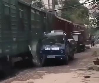 【衝撃】線路脇に駐車したトラックが走ってきた電車にぶつかり…