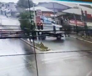 【事故】スピード違反のトラックがコントロールを失い、歩行者に突っ込んで行く衝撃映像