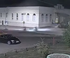 【事故】交差点で猛スピードで走るバイク2台が激突してしまう衝撃映像