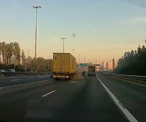 【事故】高速道路で止まってしまった車にトラックが突っ込み運転手が必死に逃げる