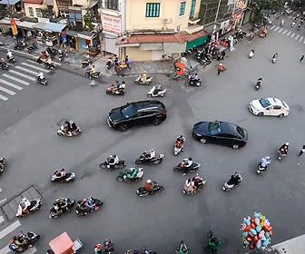 【衝撃】交通量が激しいのに信号がない、ベトナムの五差路が凄い