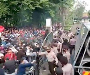 【衝撃】バリケードを破壊しようとするデモ隊を機動隊が放水車で撃退する衝撃映像