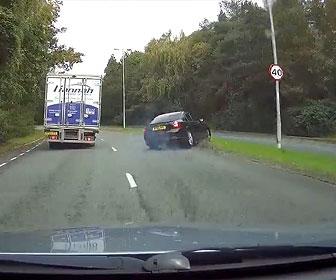 【衝撃】コントロールを失った車が反対車線に飛び出すが…