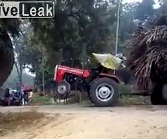【衝撃】重い荷物を運ぶトラクターが動けなくなり重機で引っ張るが…