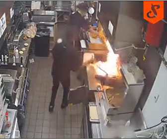 【衝撃】厨房で油に火がつき、スタッフが火を消そうとして水をかけてしまい…