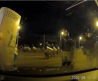 【衝撃】機動隊に囲まれた車がボコボコにされてしまう車載カメラ映像が凄い