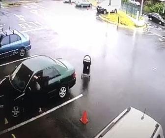 【衝撃】駐車場でベビーカーから目を離してしまい、動き出したベビーカーが車道に…