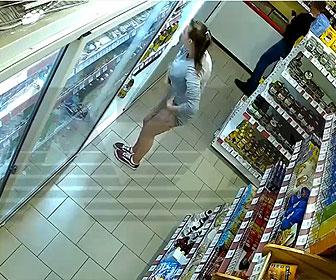 【衝撃】女性がタイトなワンピースの中に店の商品を入れて盗みまくる衝撃映像