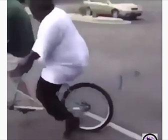 【衝撃】巨漢男性が2人乗り自転車に乗るが…