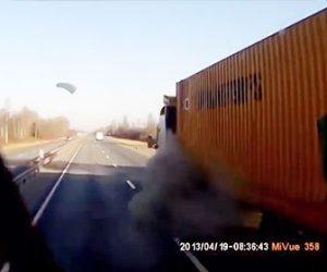 【衝撃】高速道路で大型トラックを追い越そうとするがトラックのタイヤがパンクし…