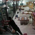 【衝撃】ヴェネツィアのレストランに高波が押し寄せ、店員が窓ガラスを必死に押さえるが…