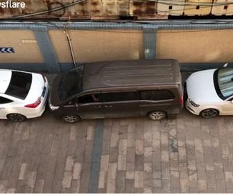 【衝撃】狭い駐車スペースに止まっている車を巧みな運転で移動させる衝撃映像
