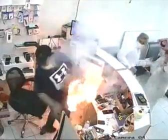 【衝撃】男性が作業中のiphoneバッテリーが爆発炎上する衝撃映像