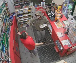 【衝撃】コンビニに銃を持った武装強盗が現れ、銃を発砲して店員の女性を脅す衝撃映像